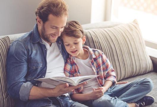 padre e hijo leyendo